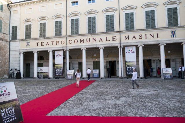 Menabò, agenzia di comunicazione a Forlì, per i 50 anni di Caviro – Esterno teatro